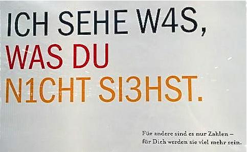 """*Niklas Luhmann hat eine Konferenz über die Aktualität der Frankfurter Schule vor Jahren zum Anlass genommen, deren Verständnis von kritischem, also unterscheidendem Denken eine radikalere Form des Erkennens entgegenzuhalten: An das Kinderspiel erinnernd, trägt er unter dem Titel """"Ich sehe was, was du nicht siehst"""" eine Theorie des Beobachters vor, der seine eigene Voraussetzung – die Unterscheidung, um überhaupt beobachten zu können (dies, und nicht jenes) – nicht für sich präsent hat, also beobachtet. Es ist der blinde Fleck jeder einfachen Erkenntnis."""