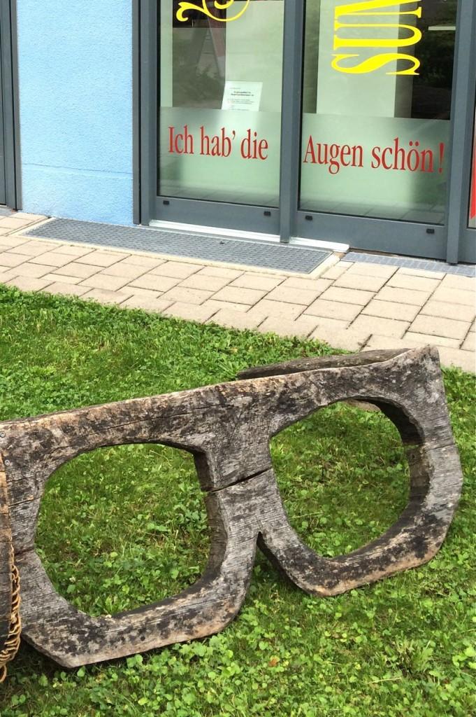 Falsche Optik: Mit dieser Brille kann niemand mehr anderen schöne Augen machen. Kunst – nein: Handwerk in Obermenzing