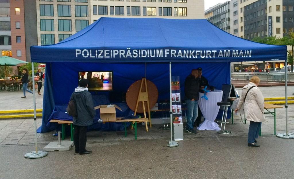 Traditionspflege: Die Polizei schlägt ihr Zelt auf, wo dereinst die wichtigste Stadtwehr untergebracht war, an der Hauptwache, zu der auch ein Gefängnis und ein Verhörlokal gehörten