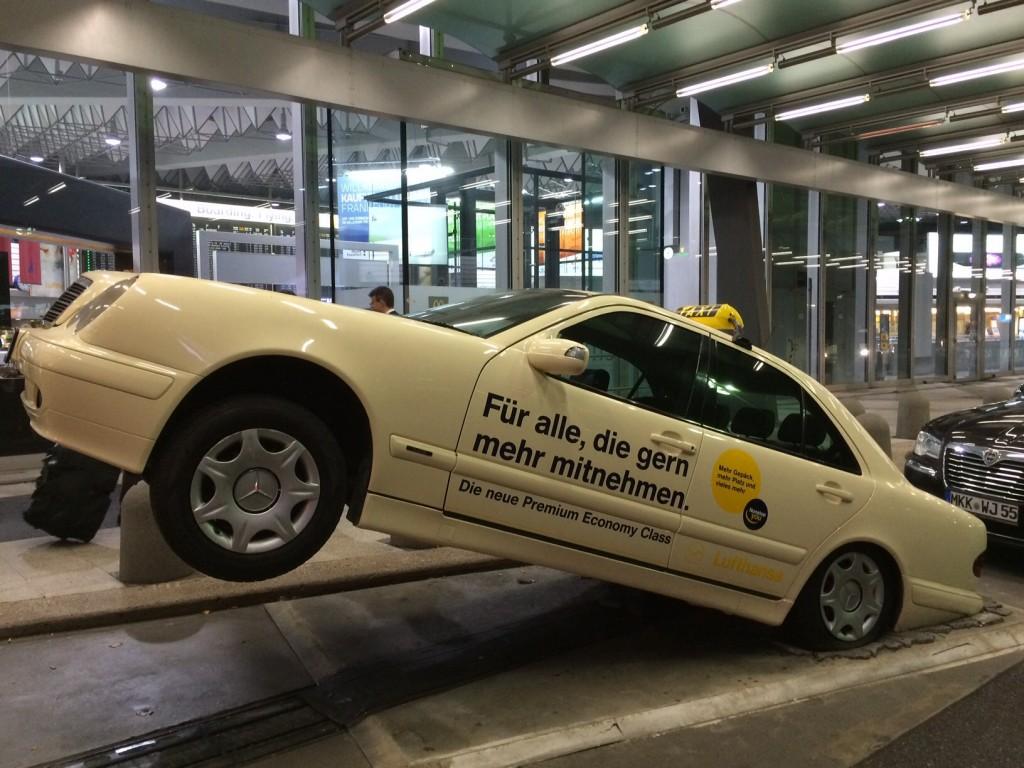 Branche im Überflug: Zwei Urteile gegen den Fahrdienst Uber haben genügt, die Taxifahrer vor Freude abheben zu lassen. Konkurrenz belebt das Geschäft, deren Verbot belebt die Preise. Der Monopolist jubelt, nicht nur am Frankfurter Flughafen